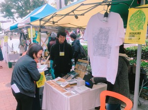 出店者の方とおしゃべりする榊田と、ボランティアキャストとして出会った方